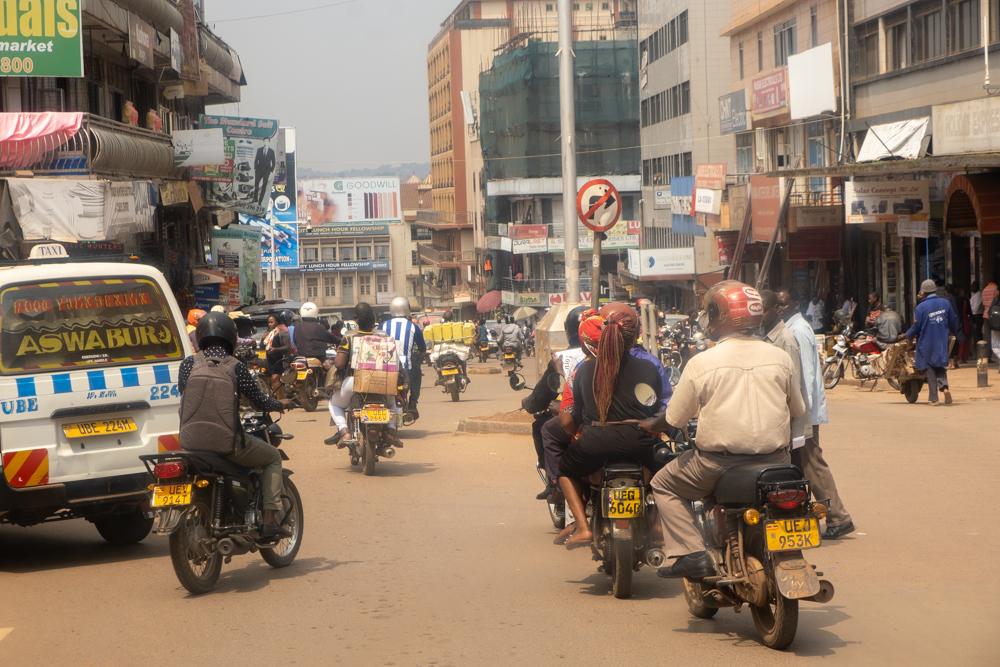 Straßenszene mit Motorrädern